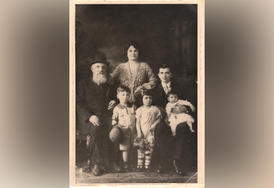 caption: Becky Benaroya (née Benoun) as a child (front center) with her grandfather Yosef, mother Dona, father Judah, brother Sam, and sister Nellie.