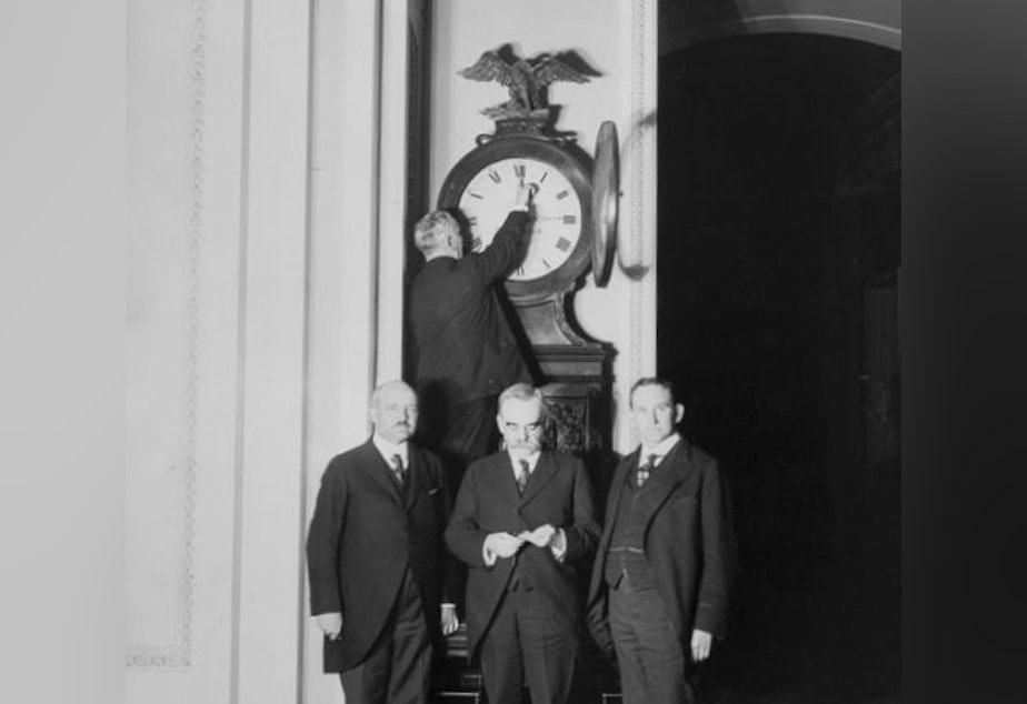 caption: Changing the clock for the first Daylight Saving Time in 1918.
