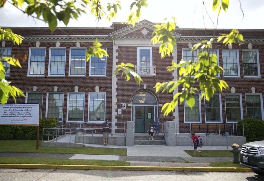 caption: Kids file into Laurelhurst Elementary School on Friday, June 16, 2017, on NE 47th St., in Seattle, Washington.
