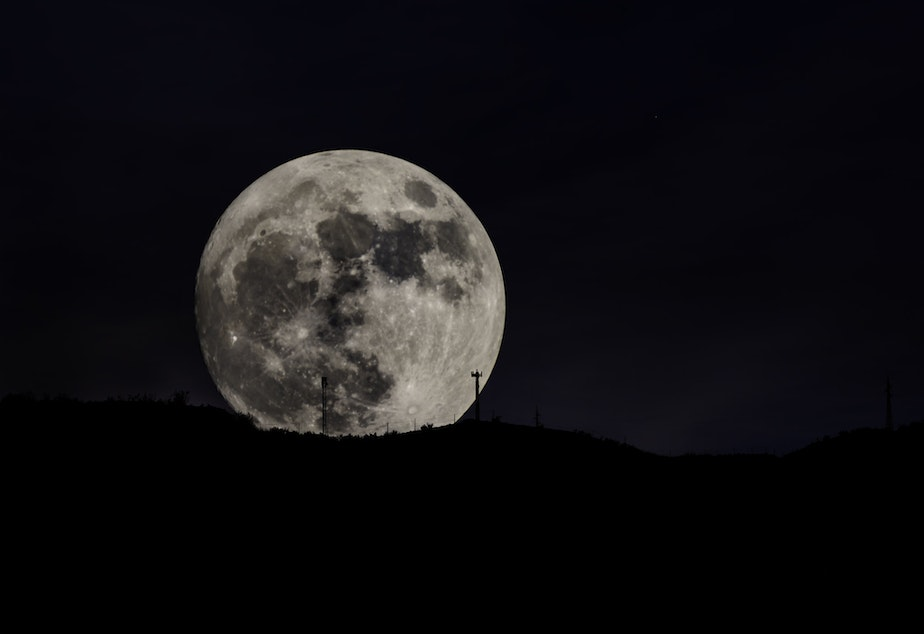 caption: The super moon, as seen rising over the Sierra Nevada mountains, Southern Spain.