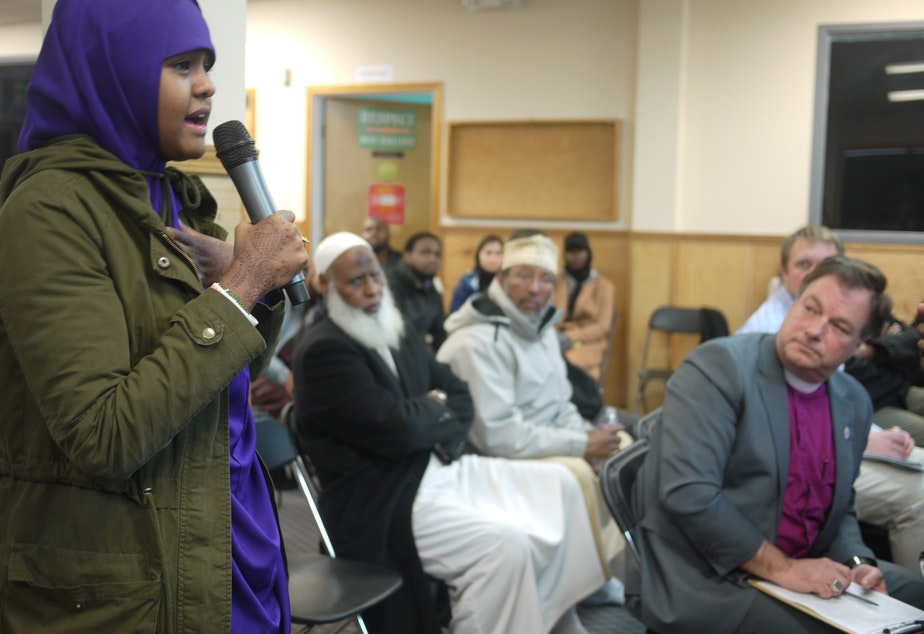 caption: High school student Ifrah Hirsi speaks to Sen. Maria Cantwell at a community meeting in Tuwkila