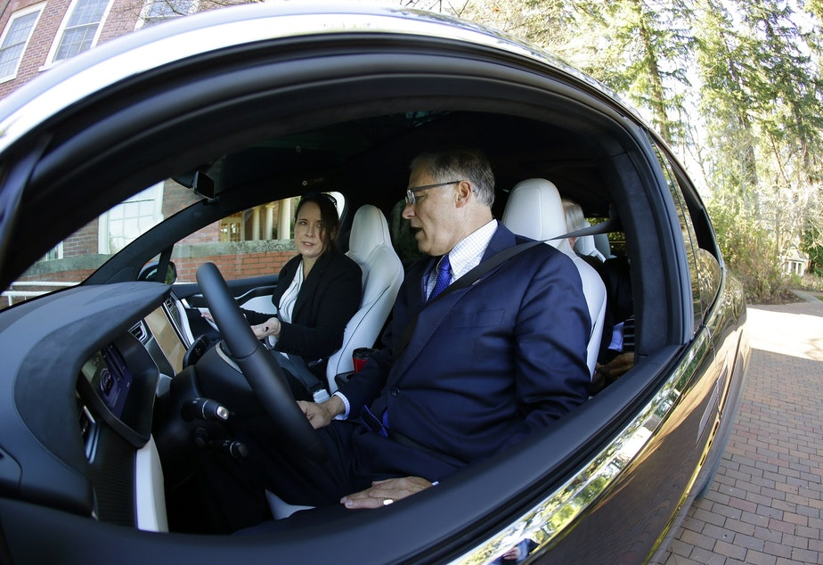 Washington Gov Jay Inslee Right Is Given An Overview Of A Tesla Model