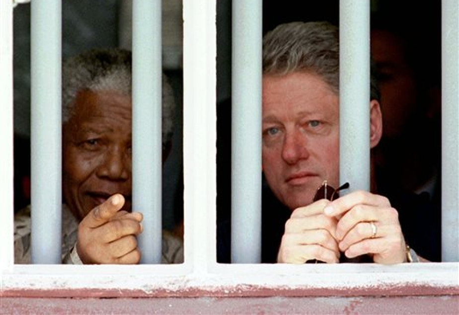 caption: Nelson Mandela and former US President Bill Clinton.