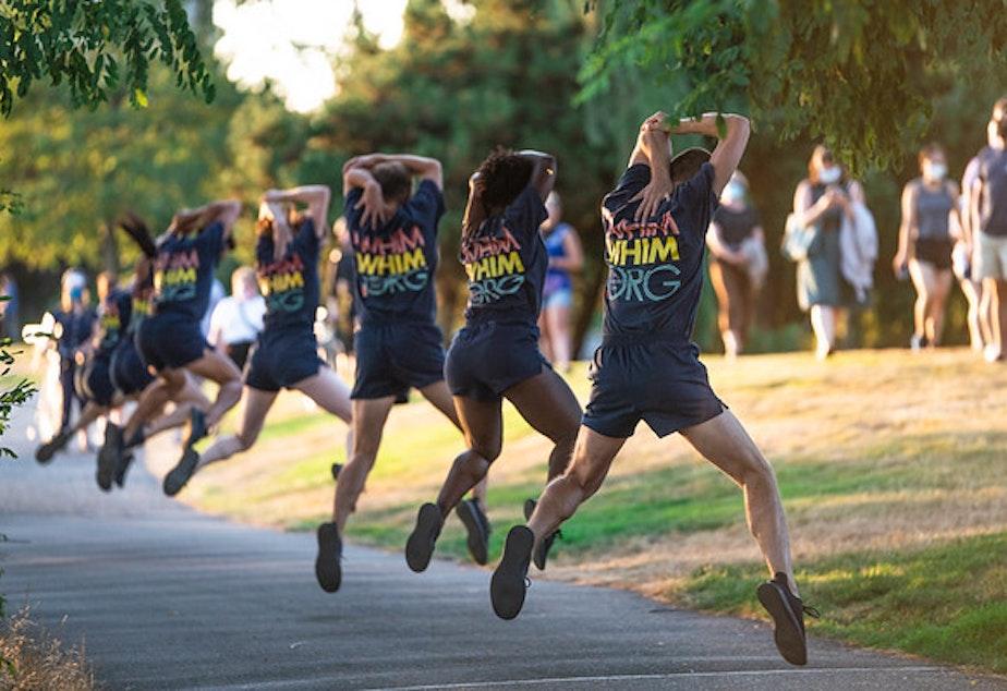 légende: Les membres de la compagnie Whim W'Him exécutent une danse pop-up en direct à distance sociale sur le front de mer d'Elliott Bay