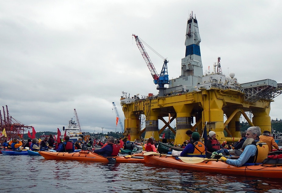 caption: The Polar Pioneer and hundreds of kayaking protesters on Seattle's Duwamish Waterway on May 16, 2015.